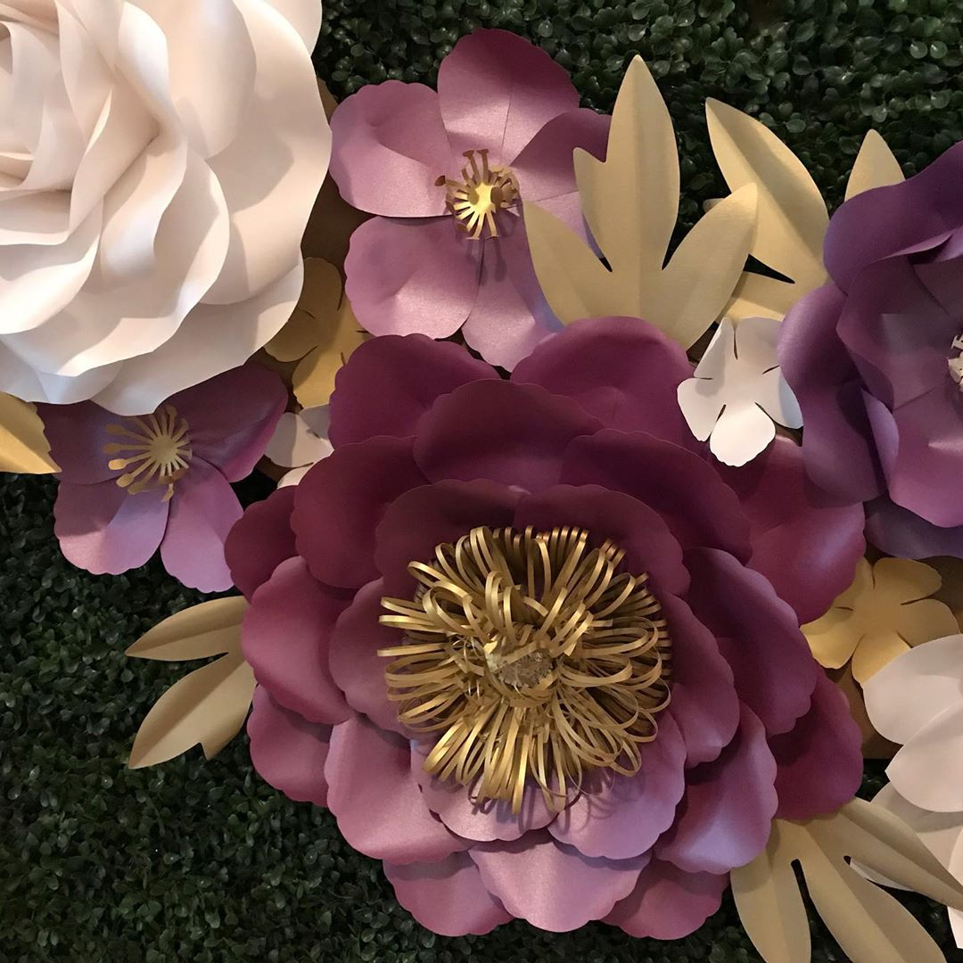 decorar mesa de pastel con flores de papel gigantes