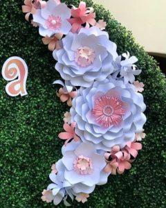 marco con flores de papel gigantes para fotos