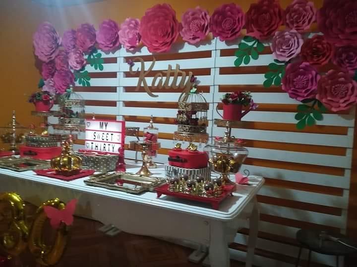 mesa de postres de fiestas para mujeres