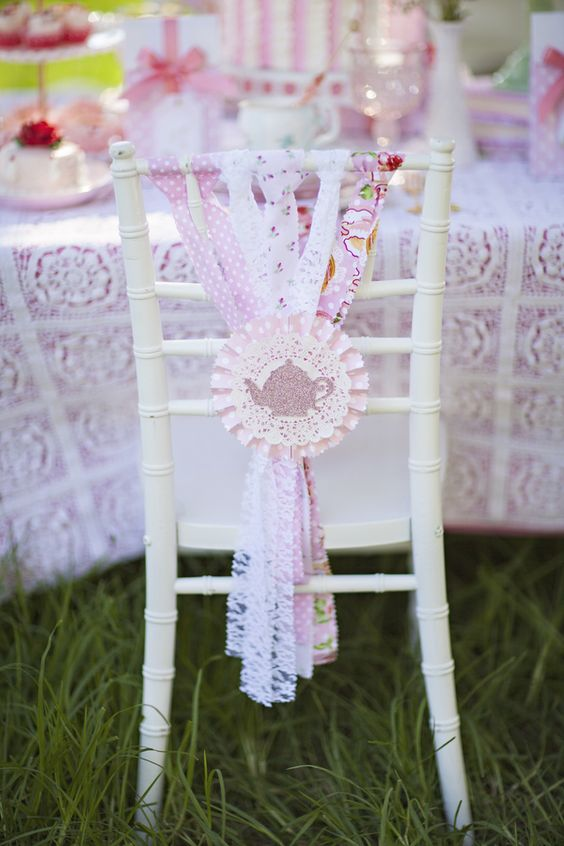 como decorar las sillas para baby showers