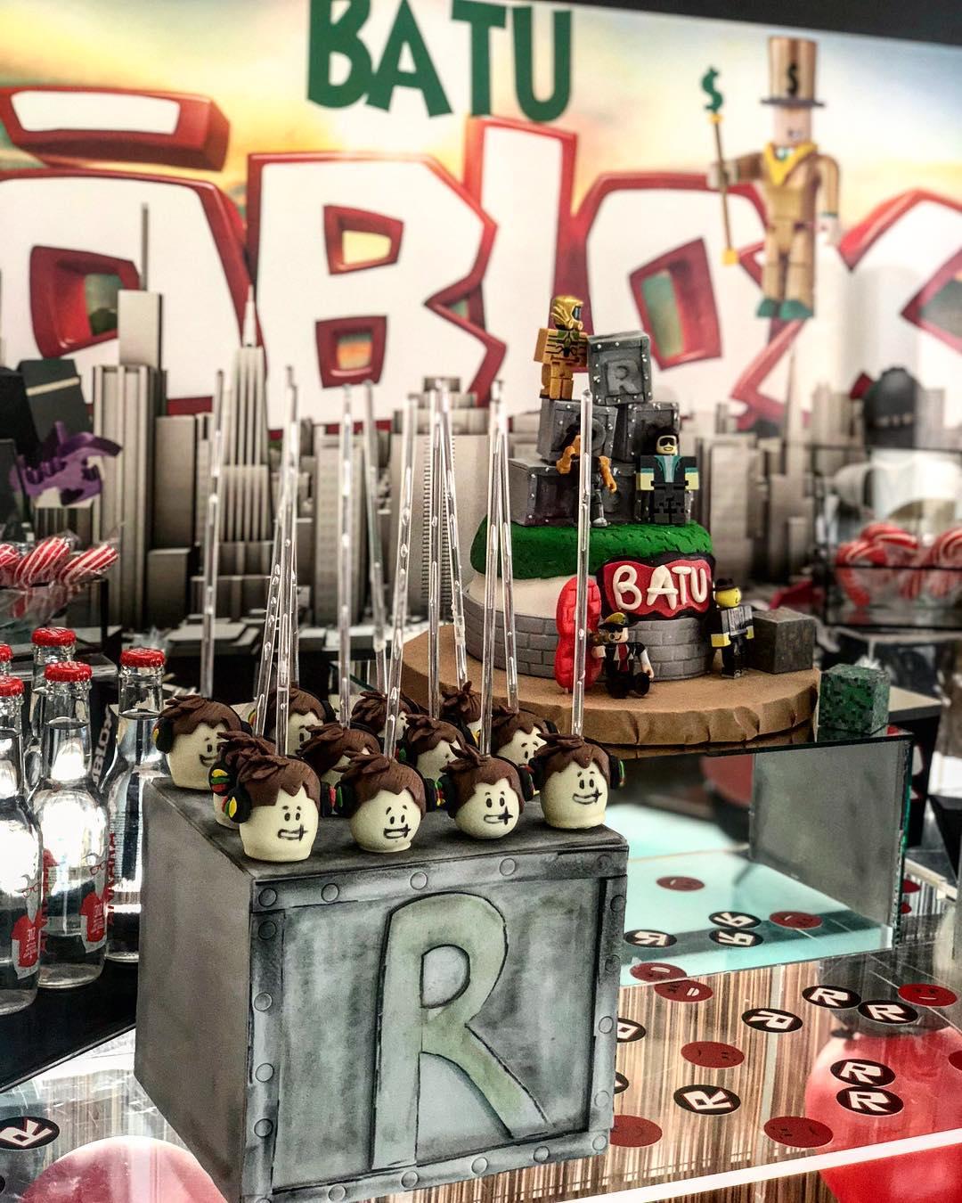 mesa de dulces fiesta tematica de roblox para niños