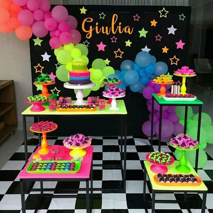 mesa de postres para fiesta neón