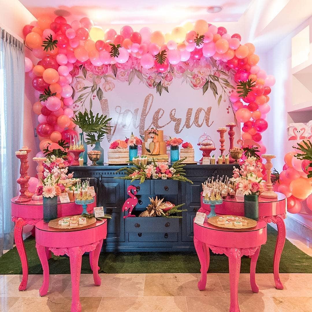 decoracion de fiestas para verano 2019 con globos en color coral