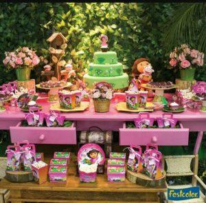 mesa de postres en una decoracion fiesta de dora la exploradora
