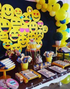Decoracion mesa principal para Fiestas tematicas de Emoji