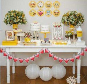 Mesa de dulces para Fiestas tematicas de Emoji