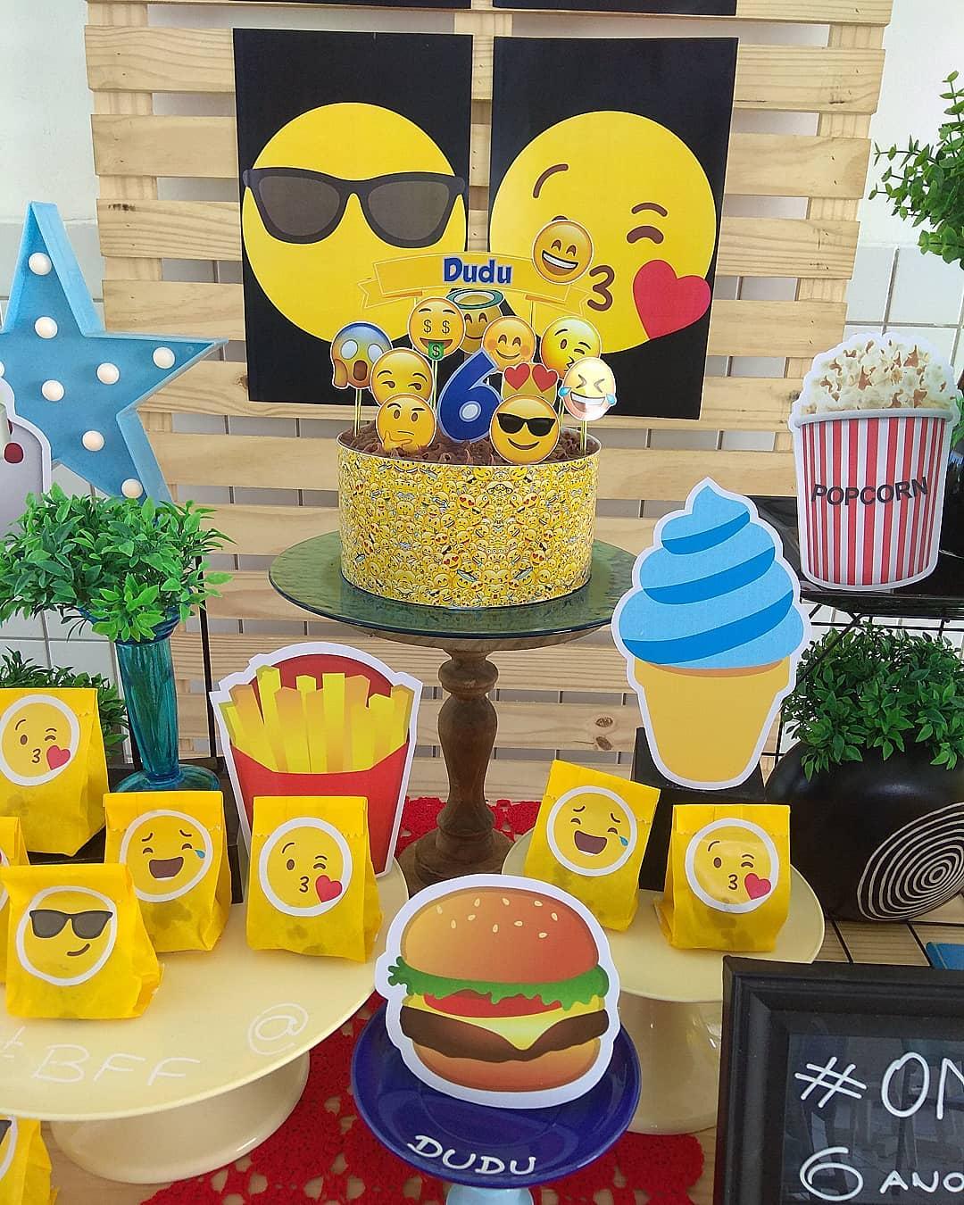 Mesa de postres fiesta temática de emoji