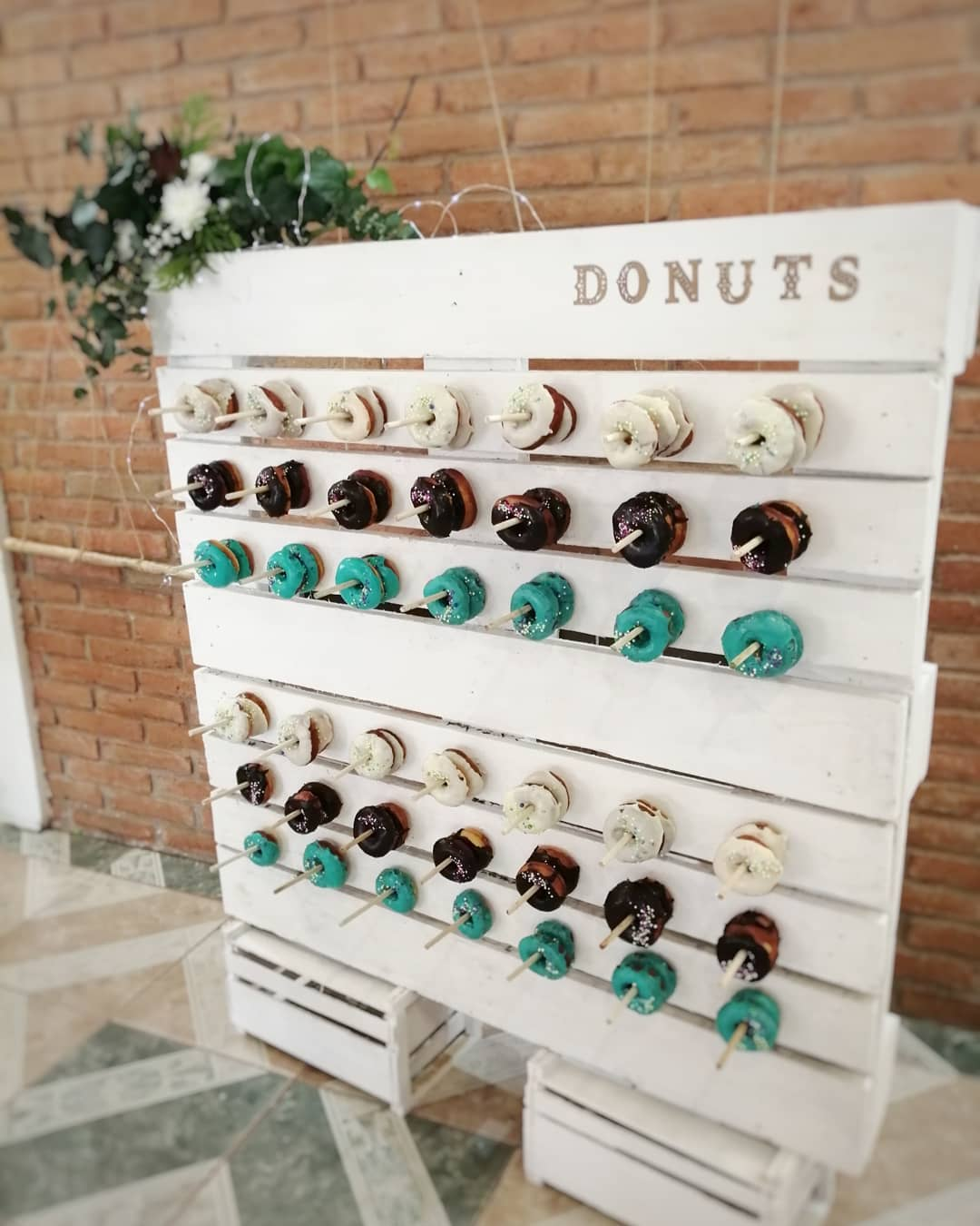 Ideas de muros de donas o pasteles paredes