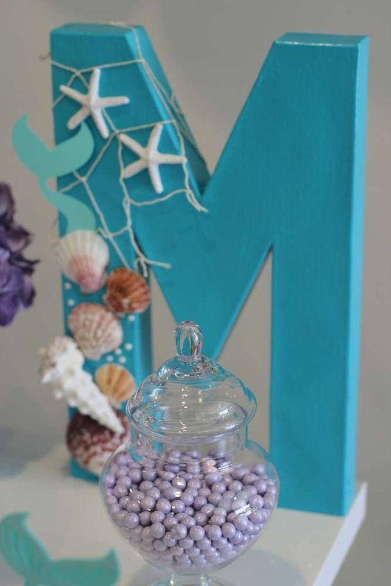 Añade toques decorativos a la mesa del pastel