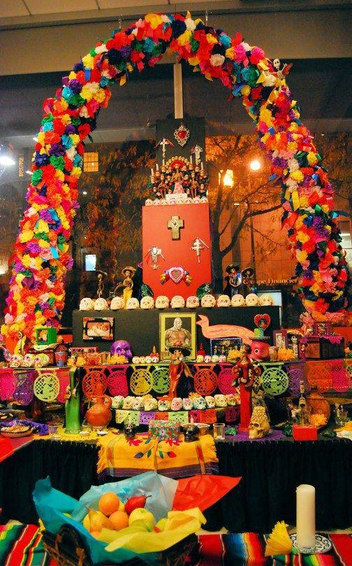 agrega arcos con flores para decorar el altar del dia de muertos