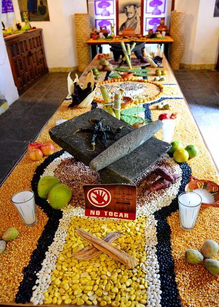 integra alimentos y dulces a la decoracion del altar