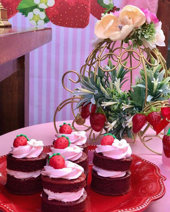 mesa de dulces para fiesta de rosita fresita