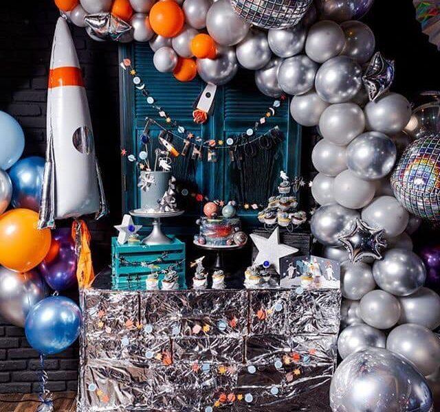 Decoracion con globos para fiesta tematica de astronauta