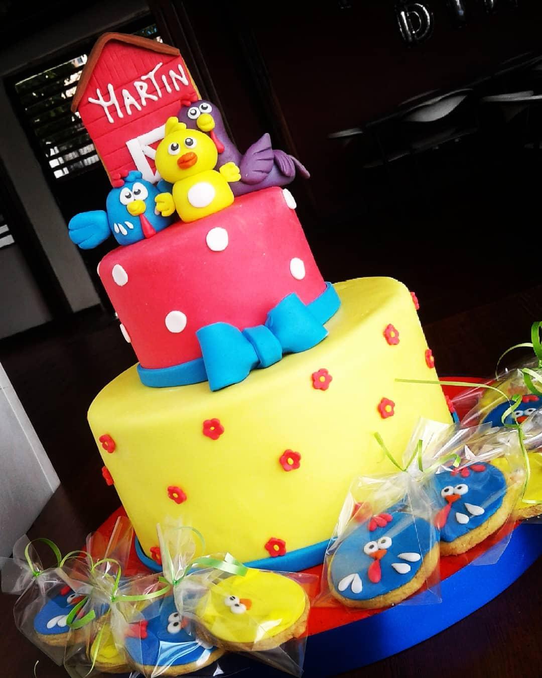 Pastel para fiesta tematica de gallina pintadita