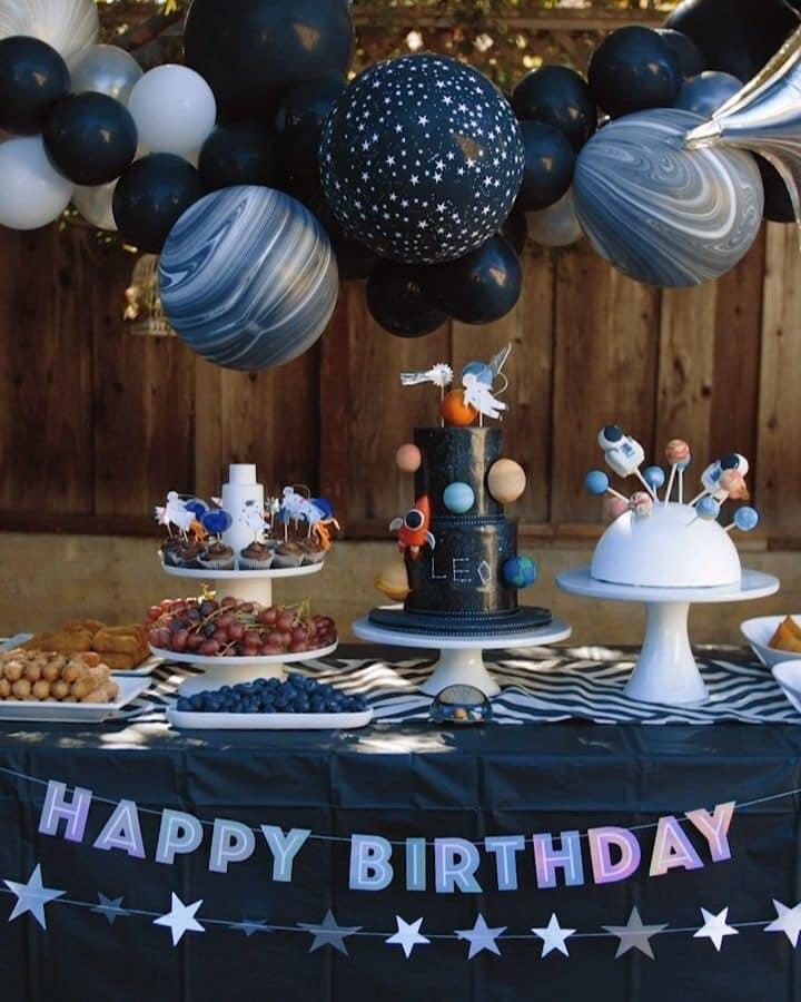 Decoracion con globos para fiesta temática de astronauta