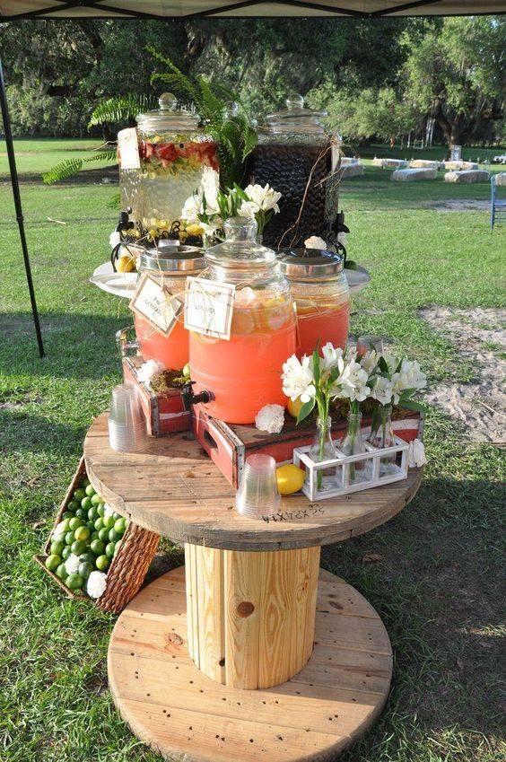 Mesa de bebidas para fiesta