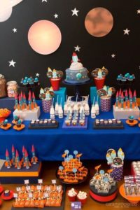 Mesa de postres fiesta temática de astronautas