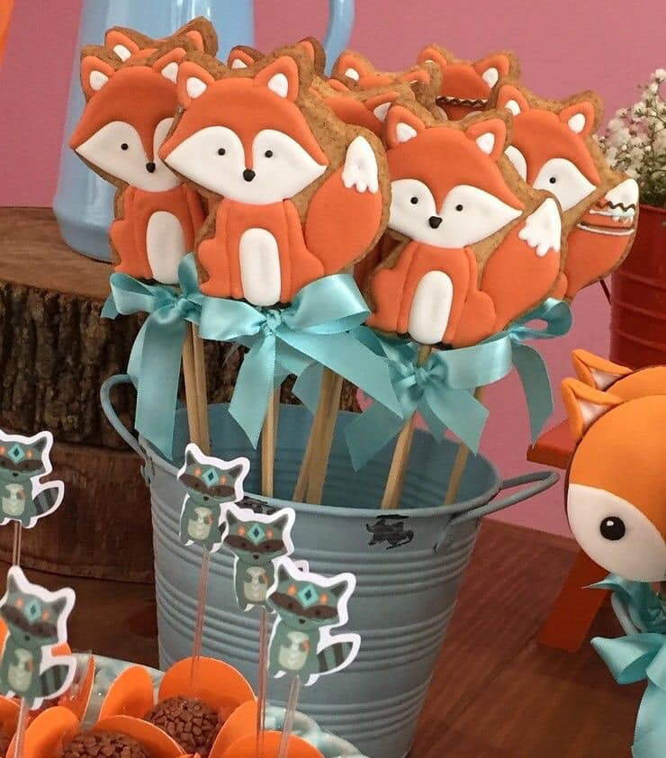 Mesa de postres para fiesta temática de zorros