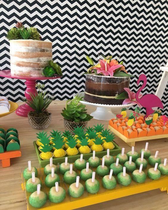 Postres y bocadillos para fiesta tropical