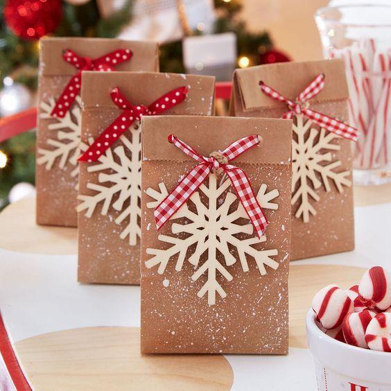 prepara regalos con dulces adentro para los invitados en una fiesta de navidad