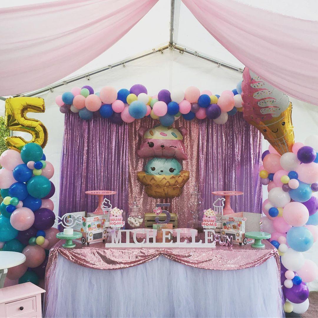 decoracion con globos para cumpleaños de num noms