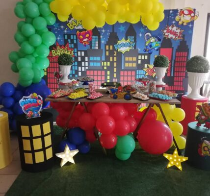 ideas para decorar la mesa del pastel en cumpleaños de super zings