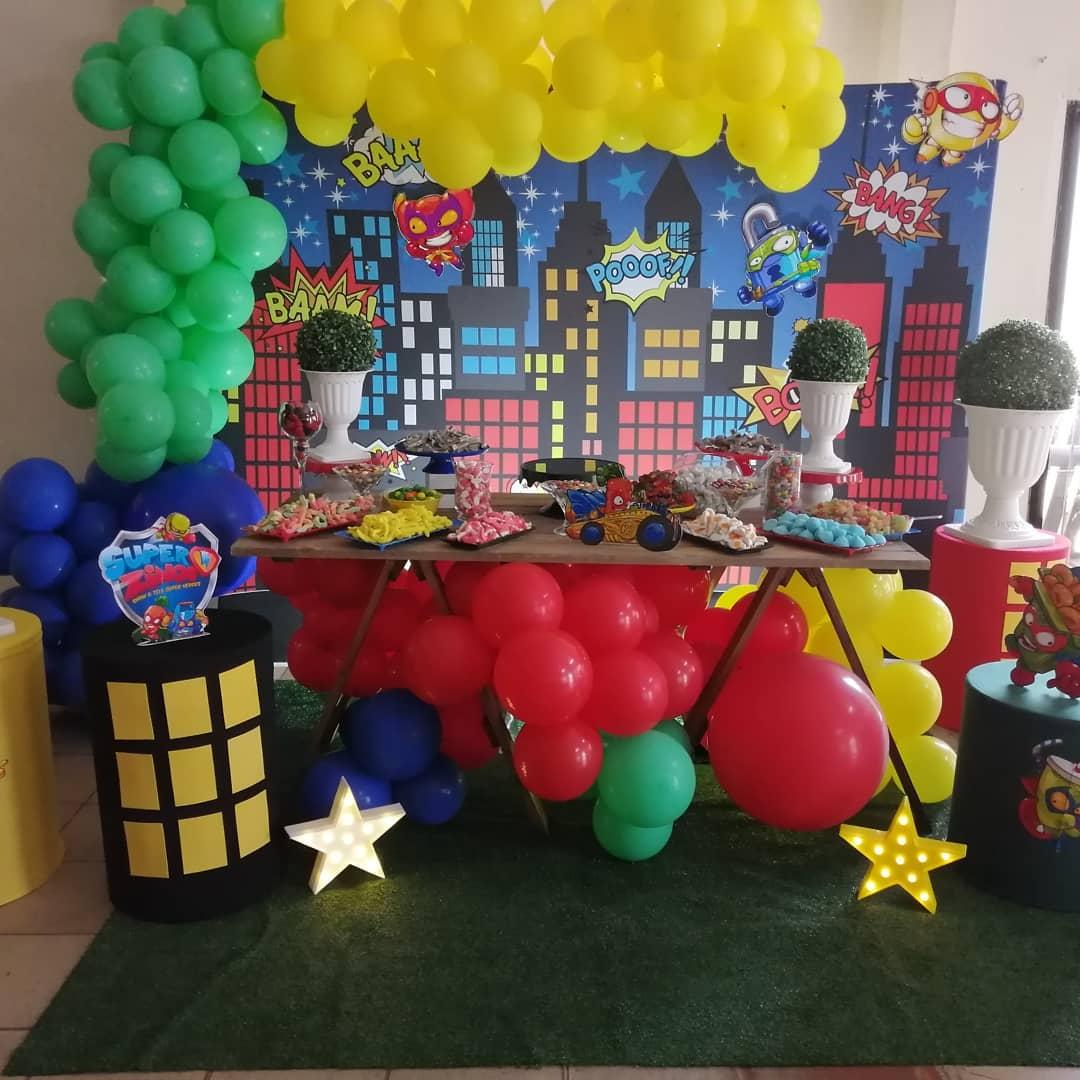 ideas para decorar la mesa del pastel en cumpleaños de super zings