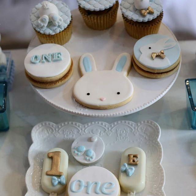 mesa de dulces para fiesta de conejos