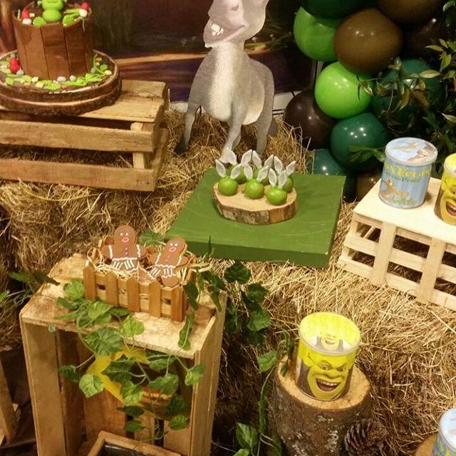 mesa de dulces para fiesta de shrek