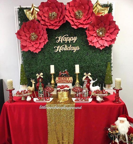 monta la mesa del pastel en la posada navideña