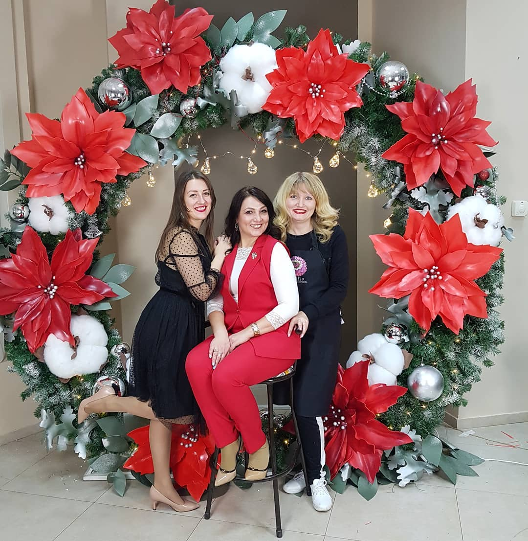 monta un backdrops en la posada navideña