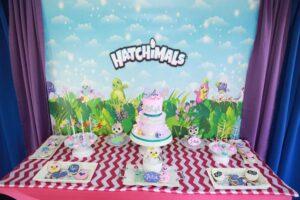 Mesa de dulces para fiesta de hatchimals