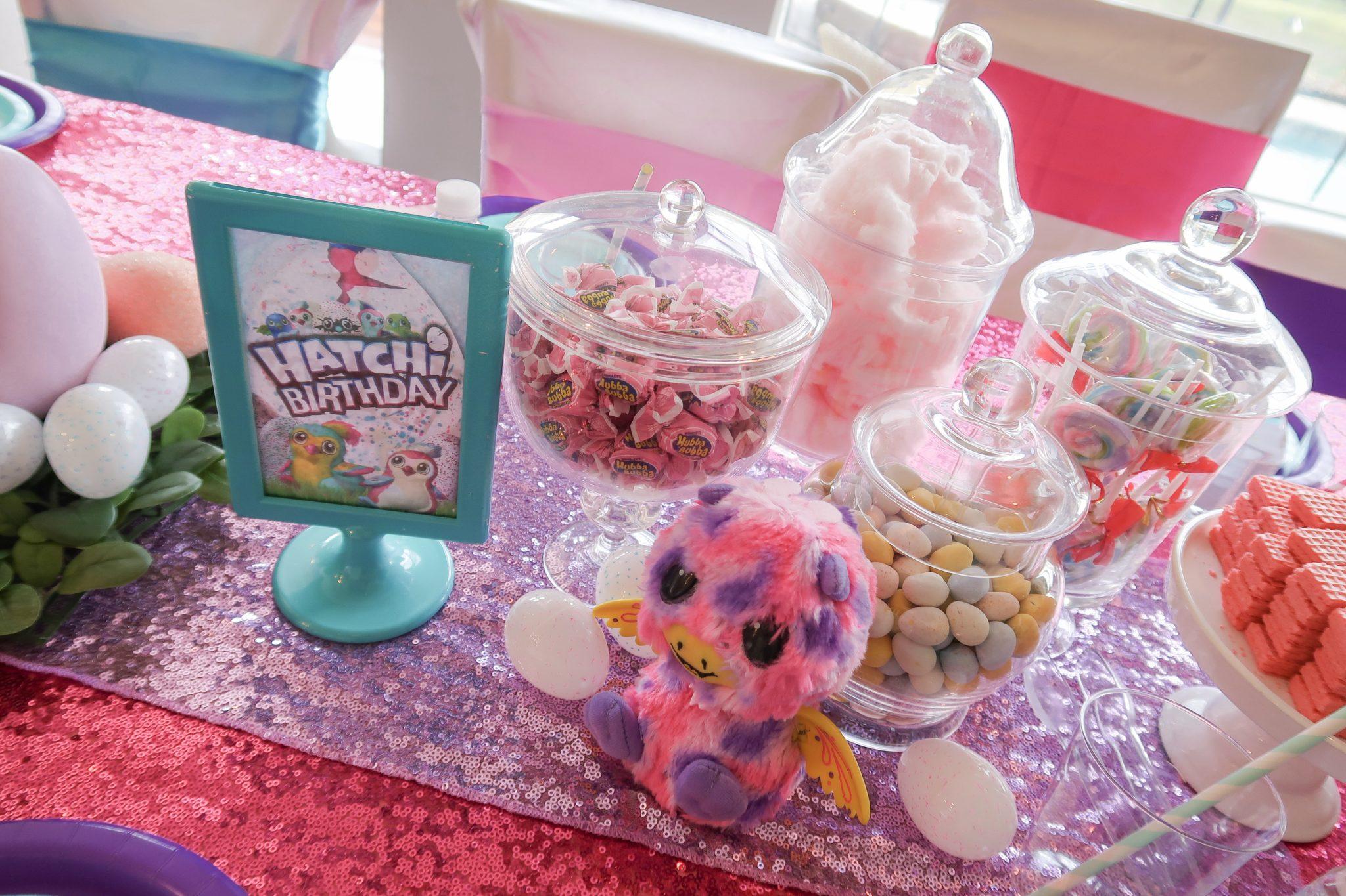 Mesa de dulces para fiesta temática infantil de hatchimals
