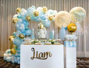 Decoración con globos para baby shower y bautizos color azul y dorado