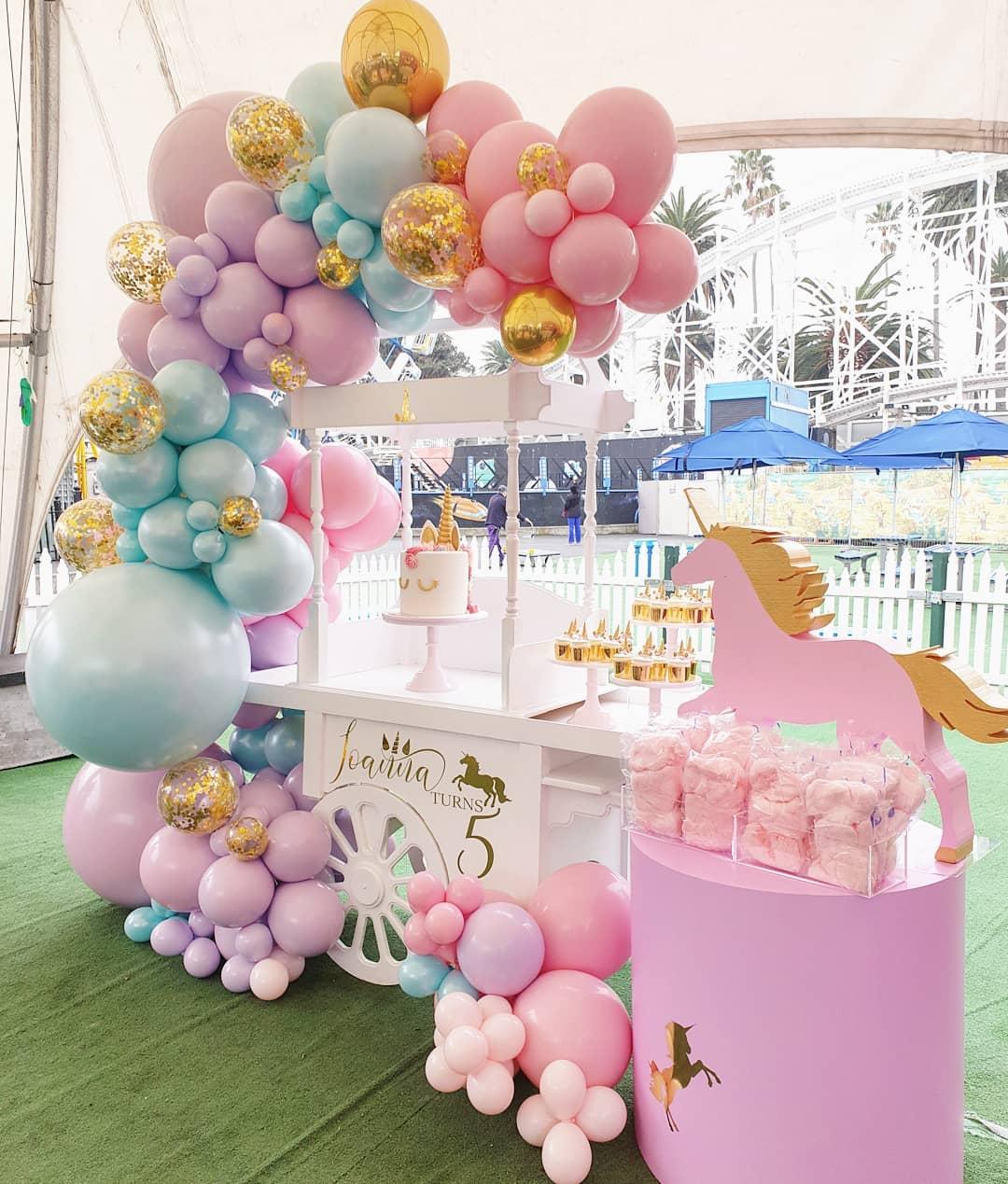 Decoración con globos para bautizos colores pastel
