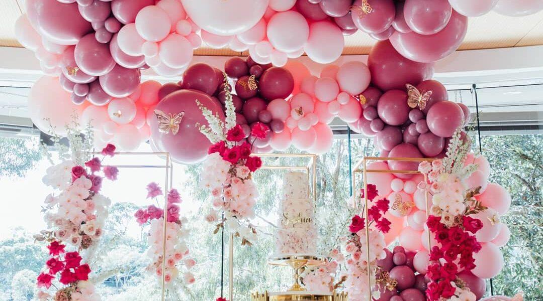 Decoración de fiesta elegante con globos