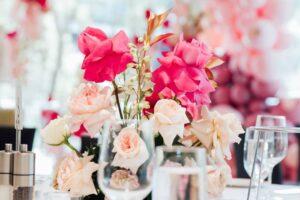 Decoración de fiestas elegantes con globos y rosas