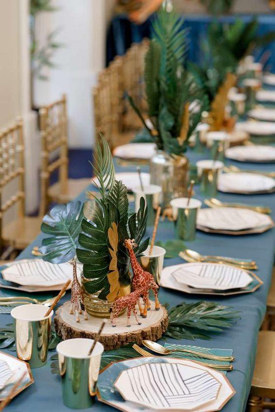 Plantas tropicales como centros de mesa para fiesta de safari